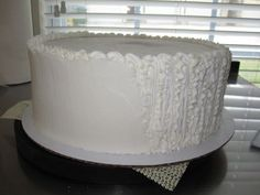 VIVA Paper Towel Method. How to DIY: making buttercream frosting (which tastes better!) look like fondant! (http://cakecentral.com/t/682196/icing-a-cake)
