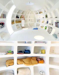Por Anna Dietzsch do Arquitetura da Convivência  O Blob VB3 parece um ovo gigante, até que sua ponta se abre e pode-se ver lá dentro um ambiente, com prateleiras, banheiro e cama. Construído como a extensão de uma casa, pode-se trabalhar e dormir dentro do ovo.