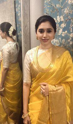 Get the latest trends ruling the charts in India. Indian Bridal Sarees, Bridal Silk Saree, Raw Silk Saree, Fancy Blouse Designs, Sari Blouse Designs, Indian Dresses, Indian Outfits, Kanchipuram Saree, Jamdani Saree