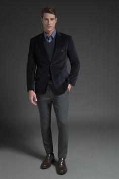 Blazer marinho de veludo texturizado com referência militar, tricô canelado com detalhe em couro, camisa azul com microestampa e calça chumbo de lã fria. O brogue marrom finaliza elegância.