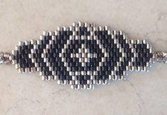 Bracelet en perles MIYUKI 11 délicas noir et argent Tissage à la main avec une aiguille Dimensions hors accroche : 4 x 2 cm Fermoir mousqueton et chaîne acier inox Longueu - 20416564 Beaded Bracelets, Hobbies And Crafts, Diy And Crafts, Beading Projects, Peyote Stitch, Brick Stitch, Seed Beads, Stitch Patterns, Arm Candies
