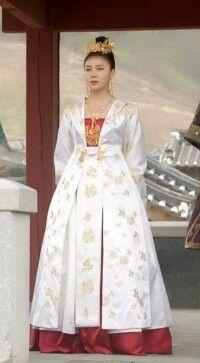 Korean Traditional Dress, Traditional Fashion, Traditional Dresses, Royal Dresses, Nice Dresses, Korea Dress, Modern Hanbok, Korean Actresses, Empress Ki