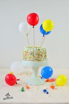 Geburstagstorte mit Luftballons: Cremige Marzipantorte | Das Knusperstübchen