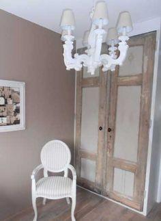 Kok Interieurs Project: Boudoir a la Carte De muur kreeg fluweelverf Chocolat. Het houtwerk van de stoel: Kalkverf Bianco evenals de schilderijlijst. Van 2 oude deuren werd een kast gemaakt. Ze zijn gedeeltelijk geverfd met kalkverf Serena en gedeeltelijk in authentieke afgebladderde toestand gelaten. De houten kroonluchter is met Bianco en een veegje Serena kalkverf geverfd. En de lampenkapjes (eerst blauw) zijn ook met Serena kalkverf geschilderd. http://www.kokinterieurs.nl