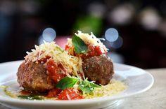 A Polpeta Love Story, do restaurante Antonietta, tem recheio de queijo mussarela ou gorgonzola e é servida com molho de tomate (Foto: Divulgação)