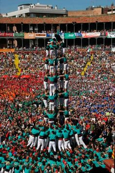 Human Pyramid, Circus Game, Aficionados, Dance Stuff, Country Scenes, World Pictures, Barcelona Spain, Gymnastics, Crowd