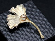 Prepracovaná brošňa v tvare kvetiny s perlou