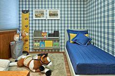 Decoração mais clássica com tecido (ou papel de parede?) xadrez e detalhes de madeira. Projeto Figueiredo Reis Arquitetura.