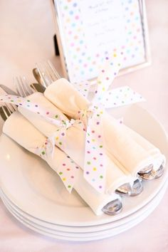 Polka Dot Party Cute polka dot ribbons tie together utensils. An easy way to bring a polka dot theme into a graduation party. Polka Dot Theme, Polka Dot Birthday, Polka Dot Party, Polka Dot Wedding, Polka Dots, Sprinkle Party, Sprinkle Shower, Baby Sprinkle, Party Entertainment