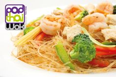 Plato/Course: Fideos de soja salteados con verduras frescas, pollo y langostinos / Soy #Noodles wok sauteed with fresh vegetables chicken and prawns (nº67-F).  Si quieres probar algo diferente, entonces acabas de encontrarlo: PadthaiWok. / If you looking for to try something different, then you have found it already.  #comidasana #comidaparallevar #restaurantetailandes #restaurantethai #thai #thailan #thaifood #calidad #comidaadomicilio