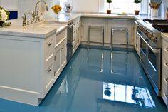 Neste artigo falaremos sobre uma tendência na arquitetura e decoração de interiores que é o revestimento de piso em resina líquida, o 'porcelanato líquido'.