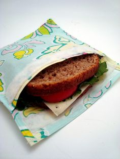 Learn how to make your own reusable sandwich bags with this helpful tutorial. (Not sure about the vinyl ...?)