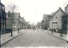 De pas nieuwe Sportlaan, gezien naar de Huizumerlaan. Vooraan: kruising Kerkstraat (vanaf 1946 Jouwsmastraat).