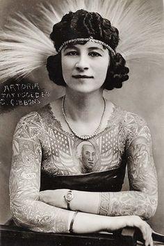 """Ces photos vintage de """"monstres"""" de foires vont vous faire frissonner ! Artoria Gibbons a tourné pendant 35 ans dans les cirques et les carnavals. Elle était considérée comme """"monstre de foire"""" uniquement parce qu'elle avait des tatouages."""
