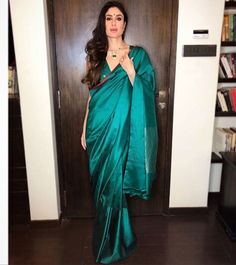 We've watched an Indian movie even once in our lives and we've all been charmed with these colorful traditional outfits, saree styles. Dress Indian Style, Indian Dresses, Indian Outfits, Indian Clothes, Indian Wear, Desi Clothes, Bollywood Saree, Bollywood Fashion, Bollywood Wedding