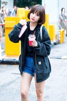 dedicated to female kpop idols. Kpop Girl Groups, Korean Girl Groups, Kpop Girls, G Friend, Airport Style, Airport Fashion, Beautiful Asian Girls, Mode Inspiration, Asian Style