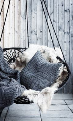 Swinging chair with fluffy fur and knitted blankets and pillows - Decoration suggestions - House interior ideas Swinging Chair, Chair Swing, Bedroom Swing Chair, Swing Chair Indoor, Rocking Chair, Outdoor Hammock Chair, Indoor Hammock, Outdoor Areas, Outdoor Swings