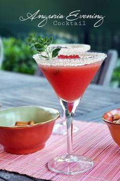 Oggi vi riporto nel bar di casa e vi offro un cocktail fresco, alla frutta e aromatizzato alla menta, un delizioso Anguria Evening... Funny Cocktails, Non Alcoholic Cocktails, Easy Cocktails, Holiday Cocktails, Summer Cocktails, Cocktail Juice, Italy Food, Fruit Drinks, Beverages