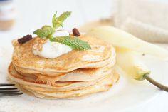 Grappig eigenlijk op hoeveel verschillende manieren je pannenkoeken kunt maken. Met havermout, met banaan en ei, met melk, karnemelk of zoals in dit recept met kwark. Met de rozijnen, peer en kaneel geef je bovendien een herfstachtige touch aan dit recept. Heb je daar niet zo'n zin in? Dan kun je de pannenkoekjes natuurlijk ook …