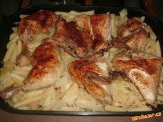 """Kuře """"strejdy z Hlinska"""" Suroviny: Kuře, menší hlávka bílého zelí, máslo, kmín, sůl, těstoviny  POSTUP PŘÍPRAVY Nakrájíme menší hlávku zelí, dáme do pekáče a jemně prosolíme. Na to dáme naporcované, osolené a jemně okmínované kuře (dávám kmín drcený). Poklademe plátky másla, trošičku podlijeme, ne moc, zelí si vodu pustí, a dáme do trouby péci asi na 220 °C. Pečeme do zlatova. Kuřecí porce vyndáme a do zelí vmícháme uvařené těstoviny."""