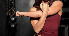Try this quick arm-toning workout to learn how to tone your arms more efficiently. Celebrity trainer Tracy Anderson designed these arm-toning exercises, which include arm circles, for upper arm exercises that work for every fitness level. Tone Arms Fast, Toned Arms, Triceps Workout, Toning Workouts, Upper Arm Exercises, Body Exercises, Exercise Without Weights, Bingo Wings, Arm Flab
