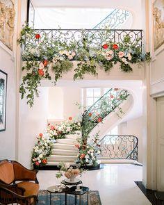 6 interior design trends for you (decor inspiration) - Cozy Home Decor Magnolia Homes, Flower Decorations, Wedding Decorations, Wedding Staircase Decoration, Fake Flowers Decor, Flower Room Decor, Interior And Exterior, Interior Design, Stair Decor