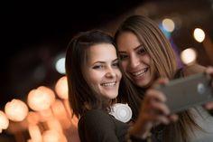 Das perfekte Selfie mit lumineszierender Smartphone-Hülle - ein leuchtendes Case liefert zu jeder Tageszeit perfektes Licht für Selfies. Selfies bei Nacht sind so gestochen scharf. Weitere Smartphone-Gadgets stellen wir bei http://www.fotos-fuers-leben.ch/ vor.