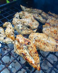 Garlic Beer Marinated Chicken Recipe - chicken marinated in beer, lemon juice, Italian seasonings and garlic. Let the chicken marinated overnight for tons of amazing flavor. Grill for minutes - so easy! Beer Chicken, Recipe Chicken, Beer Marinade For Chicken, Boneless Chicken, Chicken Marinate, Garlic Chicken, Grilling Recipes, Cooking Recipes, Marinated Grilled Chicken