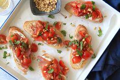 Iedereen kent de klassieke variant van bruschetta met tomaatjes wel. Vandaag maken we hier een variatie op. Een grote snee knapperige ciabattametzelfgemaakt