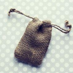 / Bodas rústicas / Eventos rústicos / Ideas originales para bodas / Decoraciones bodas / Rustic weddings / little burlap bags - party favors