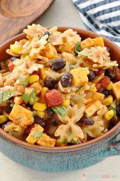 Your friends and family will love the Mexican flavors in this Taco Pasta Salad. Serve it at your next gathering for a change from the typical pasta salads! Taco Pasta Salad --- PIN THIS RECIPE Top Recipes, Mexican Food Recipes, Cooking Recipes, Healthy Recipes, Healthy Lunches, Cooking Tips, Salad Bar, Soup And Salad, Pate A Tacos