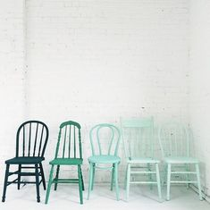 33 Reasons To DIY Painted Kitchen Chairs - El Balcón de Marisol - Chair Design Painted Chairs, Painted Furniture, Diy Furniture, Furniture Design, Wooden Chairs, Plywood Furniture, Kitchen Chairs Painted, White Kitchen Chairs, Modern Furniture