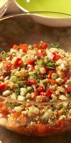 Probiere diesen leckeren Bulgur-Salat mit viel frischem Gemüse, wie Tomaten, Paprika und Gurken. Kreuzkümmel verleiht dem Rezept eine besondere orientalische Note!