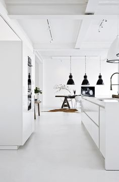 Joanna did her thing – renovating her loft and setting it up. She had a front built with floor-to-ceiling windows, planned the kitchens … - Marble Table Marble Floor Kitchen, White Marble Kitchen, Kitchen Flooring, Monochrome Interior, Kitchen Table Makeover, Loft House, Shop House Plans, Modern Loft, Floor To Ceiling Windows