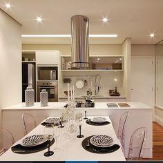 Cozinha clean, com ilha integrada à mesa de jantar!  #blog #construindominhacasaclean #cozinha #kitchen #mesa #moveis #iluminação #decoração #decor #design #designinteriores #inspiração #inspiration #instadecor #lovedecor #instadica #instablog...