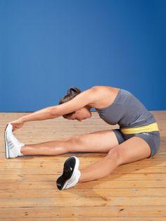 Rücken dehnen  Im Sitzen greift die linke Hand die Außenseite des rechten Fußes. Rechtes Bein stärker strecken und linke Hüfte nach hinten drehen, damit Sie den Rücken noch intensiver dehnen. 20 Sekunden, Seitenwechsel.