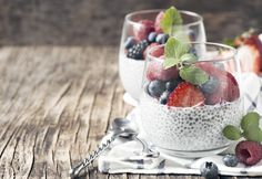 Chia pudding is perfect for a quick, nutritious breakfast. This is how to make basic chia pudding, with a few flavorful variations included. Superfood, Chia Pod, Roasted Veggie Salad, Chia Puding, Banana Com Chocolate, Vanilla Chia Pudding, Growing Raspberries, Banana Oatmeal Cookies, Healthy Snacks