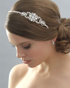 I love this hair do! I want a style that like this one is focused on one side!
