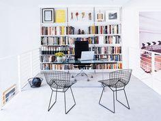 Weißes Buchregal in weißem Raum.