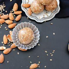 Kraftvoll in den Freitag starten - mit diesen kleinen Energy-Balls klappt es ganz bestimmt! Das Rezept findet ihr auf meinem Blog #ausdemarchiv Gebt einfach in der Suche energy balls ein und ihr gelangt direkt zum Rezept.  #fraeuleinsommerfeld #energyballs #healthylifestyle #healtyfood #mandeln  #foodblogliebe @foodblogliebe #foodblogfeed #rezepte #kochen @foodblogfeed #ausliebezumessen #f52gams #healthyfood #veggie @thefeedfeed  #thefeedfeed #gloobyfoods @food_glooby @huffposttaste… Energy Balls, Dessert, Vegan Recipes, Vegan Food, Snacks, Breakfast, Jam Jam, Blog, New Recipes