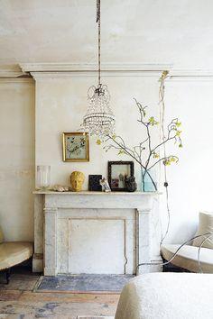 Colonial - AD España, © William Abranowicz En la casa de John Derian en Nueva York, sobre la chimenea del dormitorio, a la que Derian cambió la embocadura, óleos, esculturas y objetos que el diseñador adora.