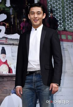 """[PHOTOS & INTERVIEWS] Yoo Ah In Attends """"The Throne"""" Production Conference 