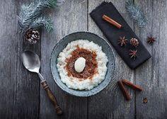 En af de ting jeg forbinder med december, er risengrød. Vi kan vist alle blive enige om, at den hvide grød er en december tradition, som vi ikke vil undvære! Set med ernæringsmæssige briller er risengrød på bølgelængde med tapetklister og langt fra et sundt måltid. Derfor har jeg ernæringsforbedret den højtelskede risengrød, så du kan spise den med lidt bedre samvittighed. ❤️Selvom denne risengrød er en sundere udgave, har den stadig den velkendte gode smag, dens bløde fylde og cremet