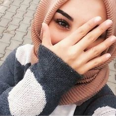 Find images and videos about girls, islam and hijab on We Heart It - the app to get lost in what you love. Arab Girls Hijab, Muslim Girls, Hijabi Girl, Girl Hijab, Teenage Girl Photography, Girl Photography Poses, Stylish Girls Photos, Girl Photos, Hijab Fashionista