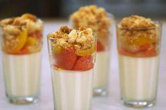 Dit dessert kan je perfect voorbereiden, zodat je straks voldoende tijd hebt om je gasten gezelschap te houden. Jeroen werkt in drie laagjes: het wordt een mousse van citroen met daar bovenop partjes vers citrusfruit en tenslotte een crumble van kokosnoot. Veel lepelgenot!