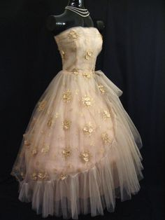 vintage prom dress - I would actually love this as a wedding dress! 50s Dresses, Prom Party Dresses, Pretty Dresses, Homecoming Dresses, Evening Dresses, Formal Dresses, Vintage Prom, Vintage Gowns, Vintage Outfits
