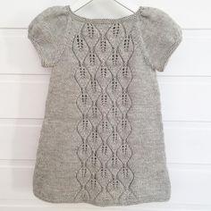 endte opp som Løvfallkjole, kun ved å øke litt nedover langs… Knitting For Kids, Baby Knitting Patterns, Kids Dress Patterns, Knit Baby Sweaters, Knitting Sweaters, Knit Baby Dress, Knitted Poncho, Sweater Set, Kind Mode