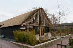 De schuurwoning Leusden I refereert in hoge mate aan het karakter van een schuur met de gemakken van een compleet woonhuis.
