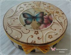 Discover thousands of images about Artesanatos Anita - Caixa redonda Decoupage Box, Decoupage Vintage, Altered Boxes, Altered Art, Painted Boxes, Wooden Boxes, Fabric Painting, Painting On Wood, Nostalgic Art