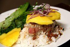 Thunfisch Steak mit Pak Choy und Mango mit einer scharfen Chili-Ingwer Sauce und Reis
